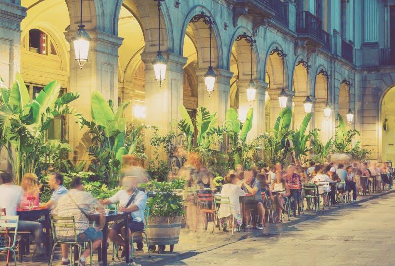 Iluminación de la noche del cuadrado real en Barcelona fotos de archivo