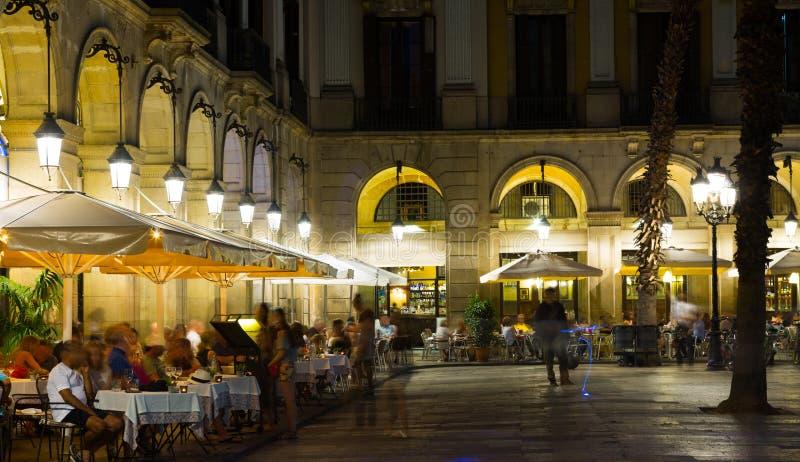 Iluminación de la noche del cuadrado real en Barcelona imagen de archivo libre de regalías