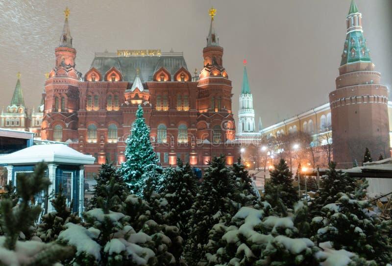 Iluminación de la noche de la Navidad en Moscú imagen de archivo