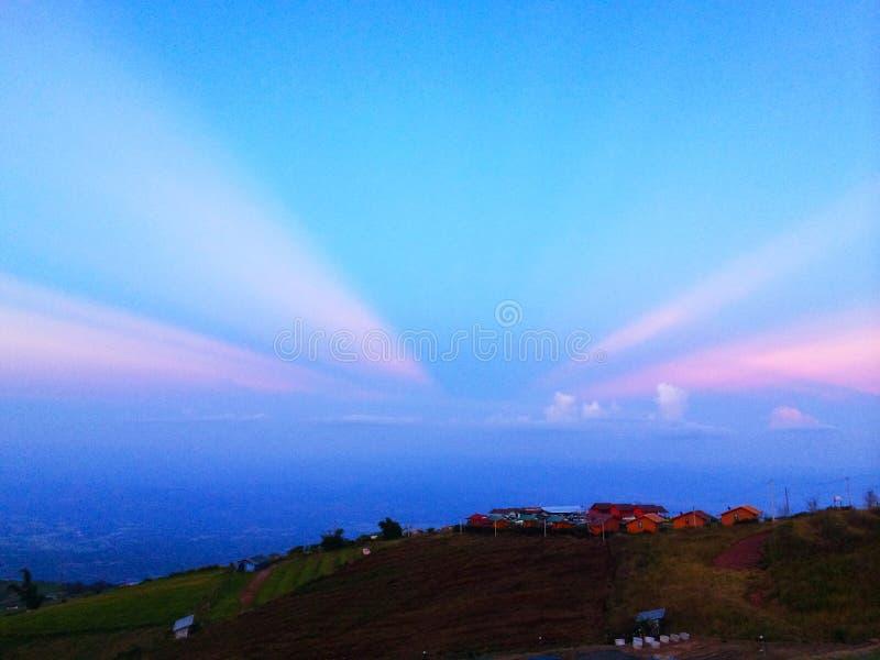 Iluminación de la puesta del sol en la montaña Cielo fotografía de archivo