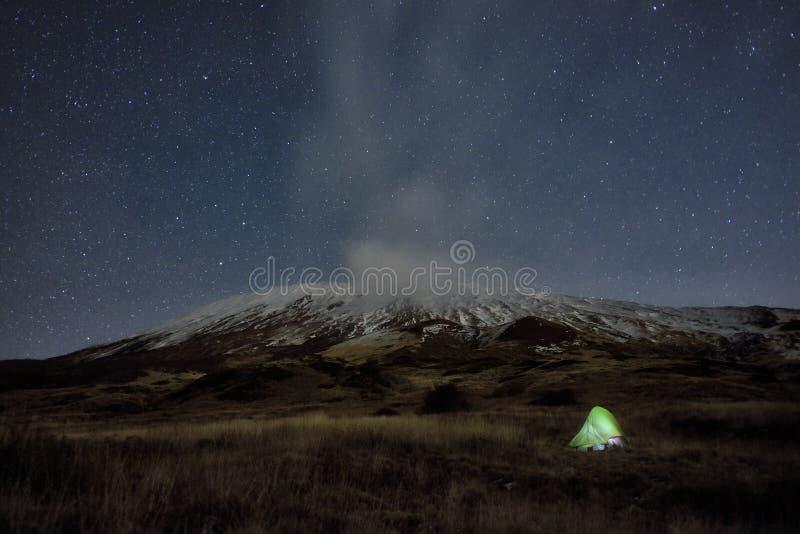 Iluminación de la tienda bajo invierno Etna Mount And Starry Night, Sicilia foto de archivo libre de regalías