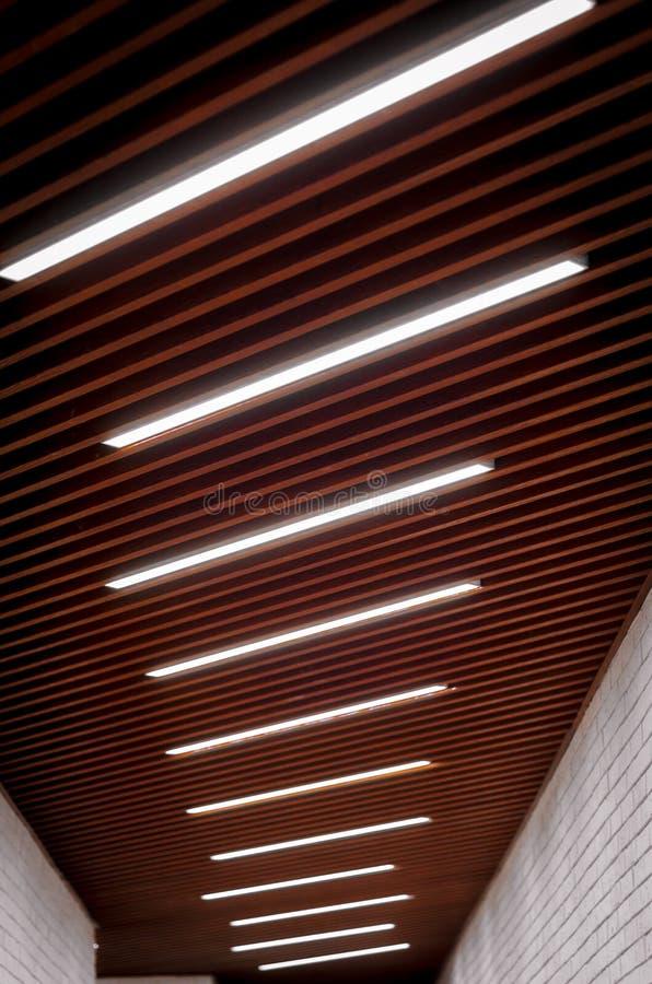 Iluminación de las lámparas en el techo en el pasillo foto de archivo libre de regalías