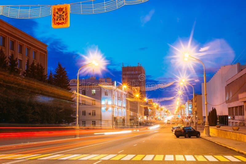 Iluminación de tarde brillante en la avenida principal en Gomel, Bielorrusia fotografía de archivo libre de regalías