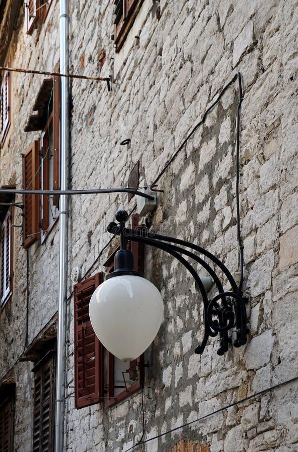 Iluminación del camino en Sibenik imagen de archivo libre de regalías