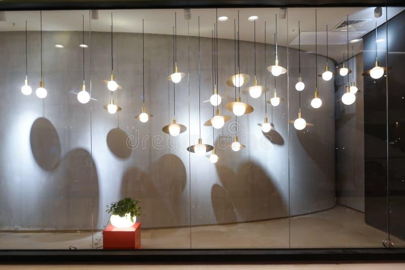 Iluminación del frente de la ventana de tienda de la ventana de la tienda de ventana de exhibición fotografía de archivo