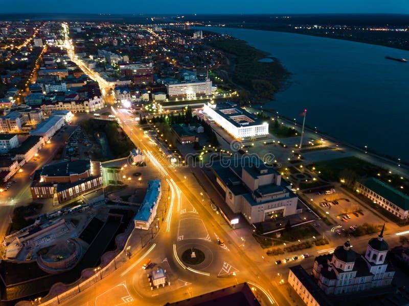 Iluminación del nigth de Tomsk Opinión aérea del paisaje urbano del río de Tom Siberia, Rusia fotografía de archivo libre de regalías