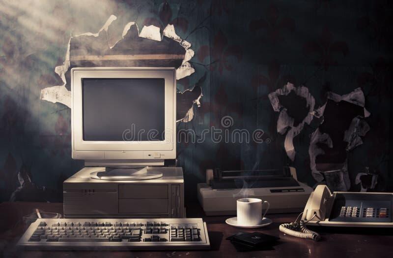 Iluminación dramática de un espacio de trabajo viejo de la vendimia fotografía de archivo libre de regalías