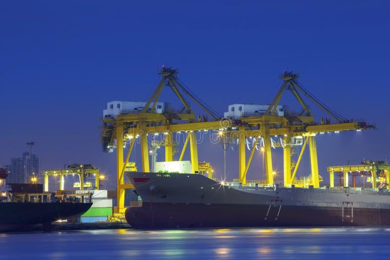 Iluminación hermosa portacontenedores en el uso del puerto para la importación, exp imagen de archivo libre de regalías