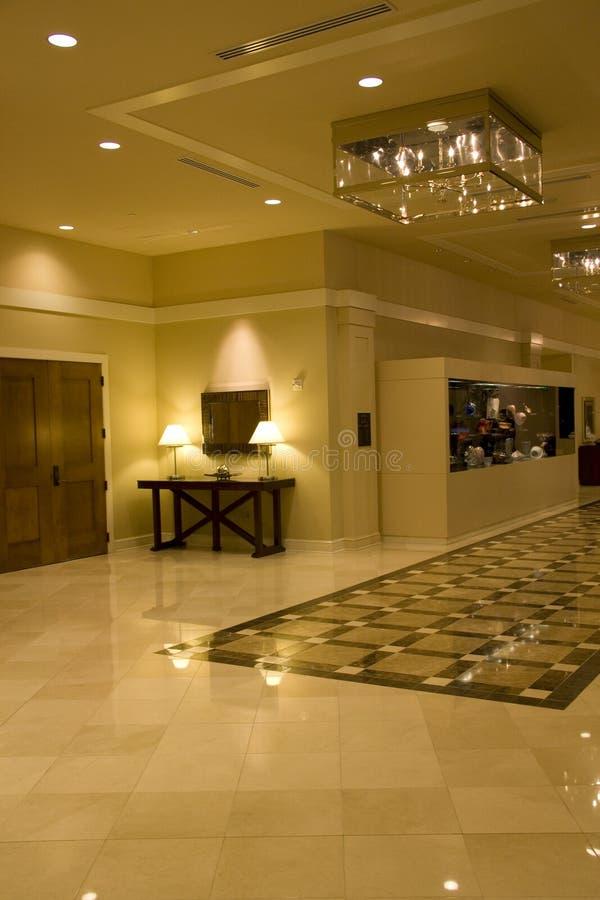Iluminación interior del pasillo del hotel de lujo imagen de archivo