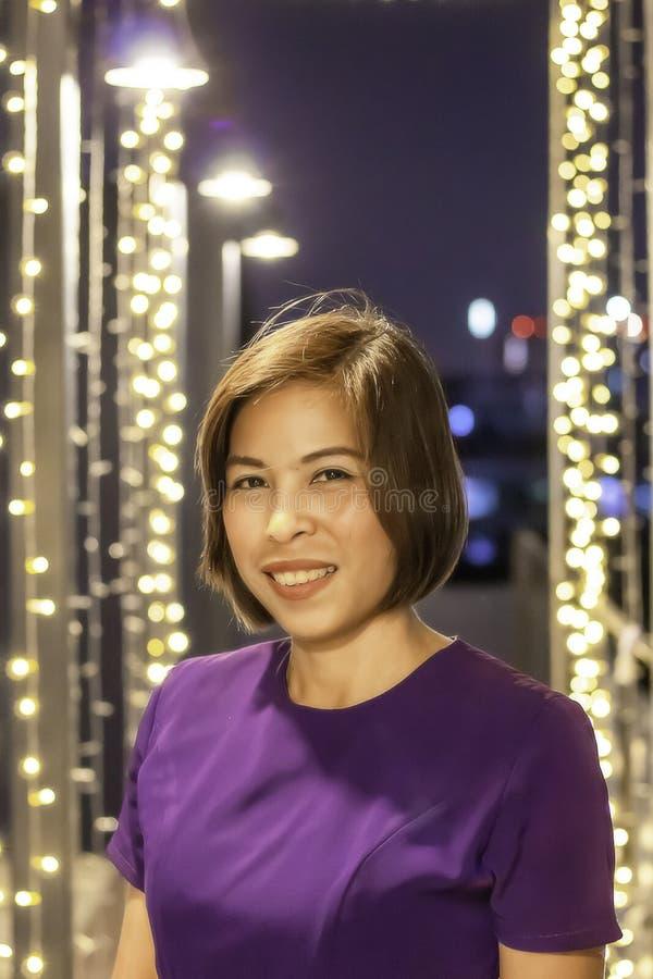 Iluminación sonriente del fondo de la mujer asiática del retrato imagenes de archivo