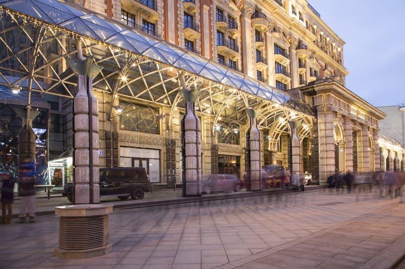 Iluminación y Ritz-Carlton Moscow Hotel en la noche, Rusia de los días de fiesta de la Navidad y del Año Nuevo fotografía de archivo