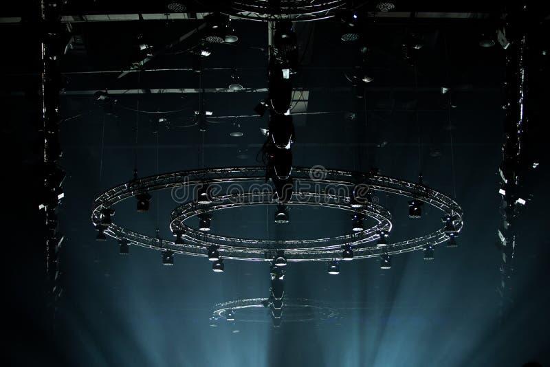 Iluminaci?n de mudanza del par del LED en el haz luminoso de la construcci?n foto de archivo libre de regalías