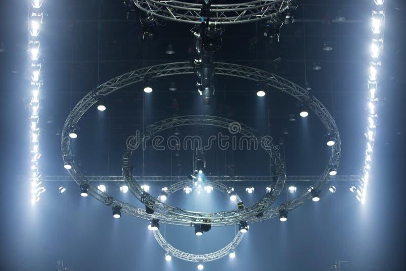 Iluminaci?n de mudanza del par del LED en el haz luminoso de la construcci?n fotos de archivo
