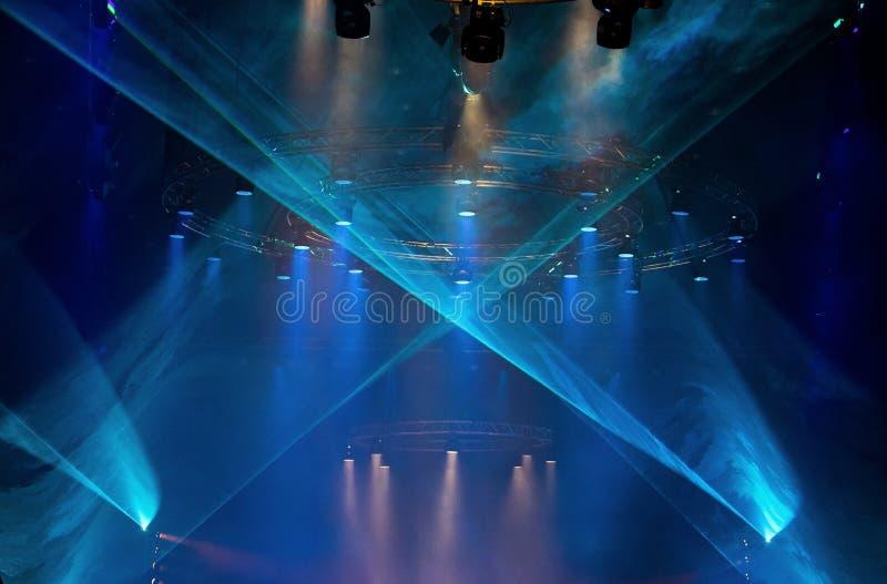 Iluminaci?n de mudanza del par del LED en el haz luminoso de la construcci?n imagen de archivo libre de regalías