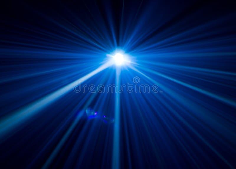 Iluminaci?n hermosa del proyector equipo ancho de la lente para la presentaci?n de la demostraci?n en la noche Fondo abstracto de stock de ilustración