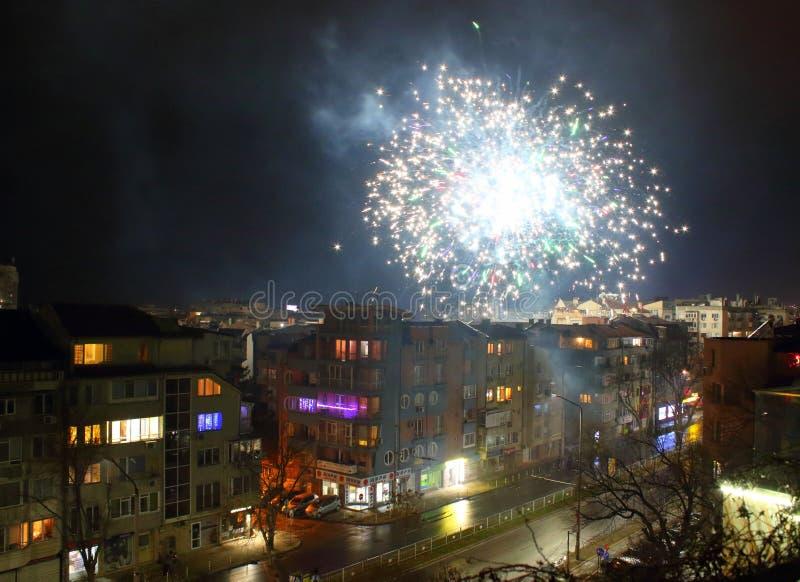 Iluminaciones de Año Nuevo 2020 sobre el distrito residencial Varna Bulgaria imagen de archivo