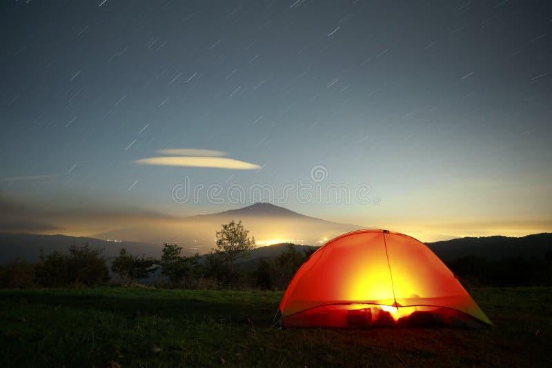Iluminando a barraca, Etna Mount And Stars Trails, Sicília fotos de stock
