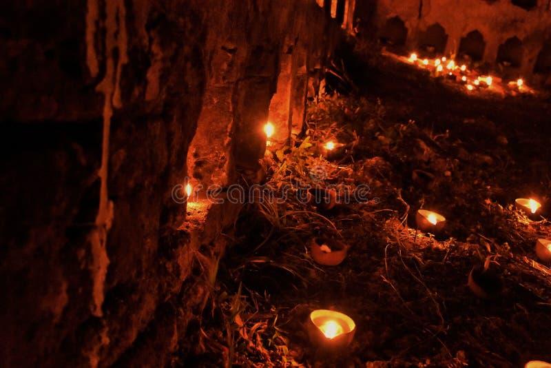 Iluminando Diyaas nos templos fotografia de stock royalty free