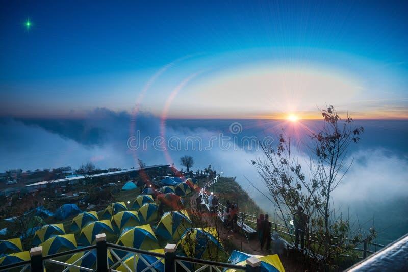 Iluminando o efeito do alargamento na barraca de acampamento na montanha imagens de stock royalty free