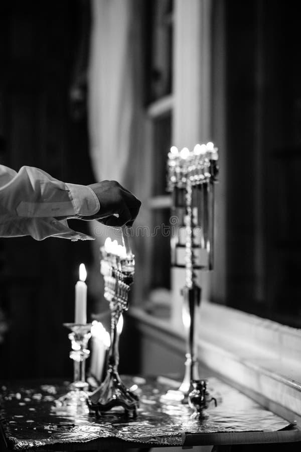 Iluminando o Hanukah Menorah foto de stock royalty free