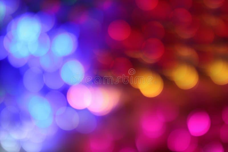 Iluminando o multi fundo azul vermelho cor-de-rosa do bokeh da cor, partido colorido do divertimento do borrão luxuoso da luz da  fotografia de stock