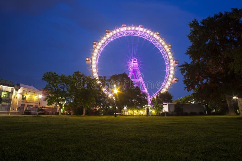 Iluminando a roda de Ferris, Prater viena imagem de stock