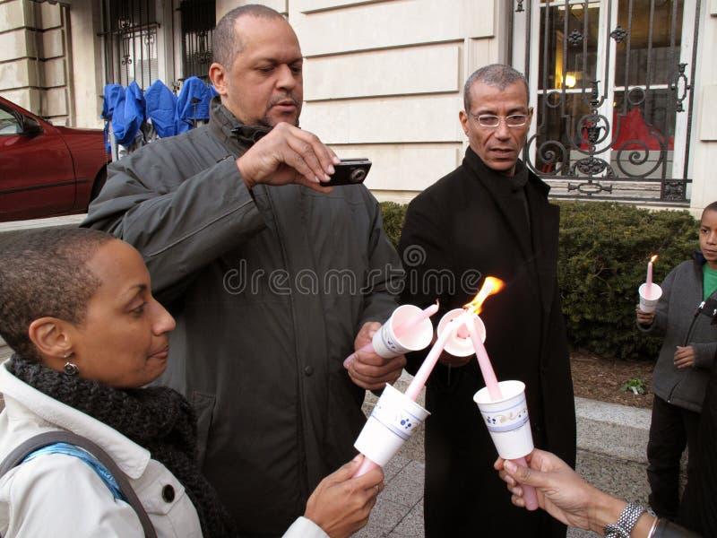 Iluminando suas velas imagens de stock