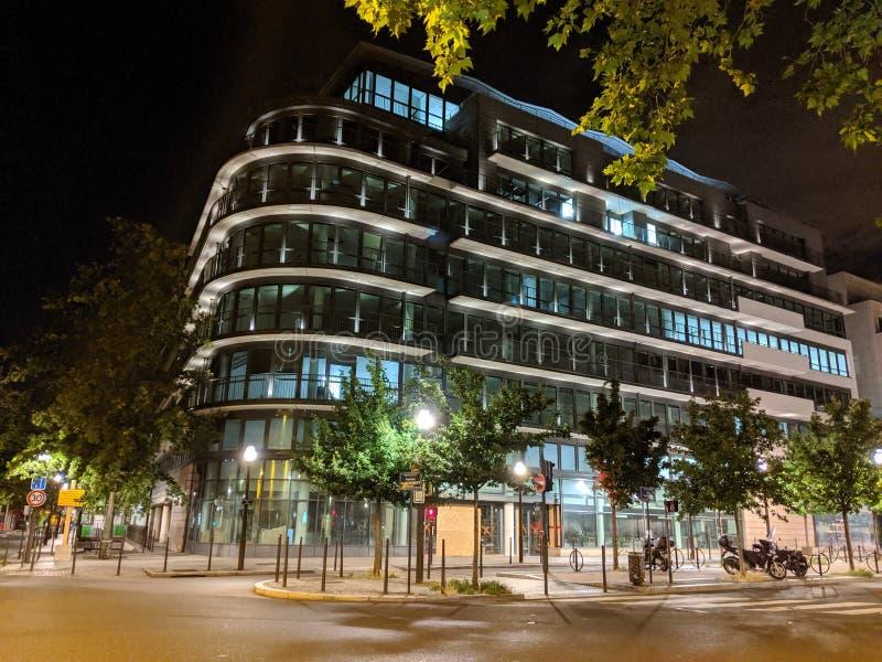 Iluminated budynku nocy nowożytna scena Boulogne Billancourt, Francja obrazy stock