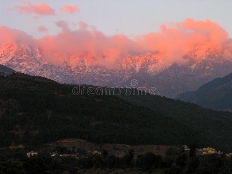 Iluminated e Aflame Himalayas, Kangra India imagem de stock