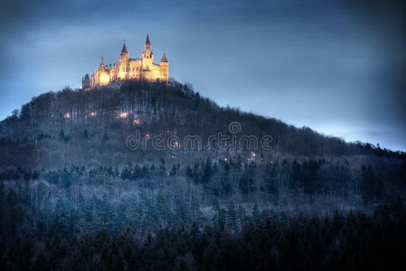 Iluminated slott Hohenzollern i wintertimen arkivbilder