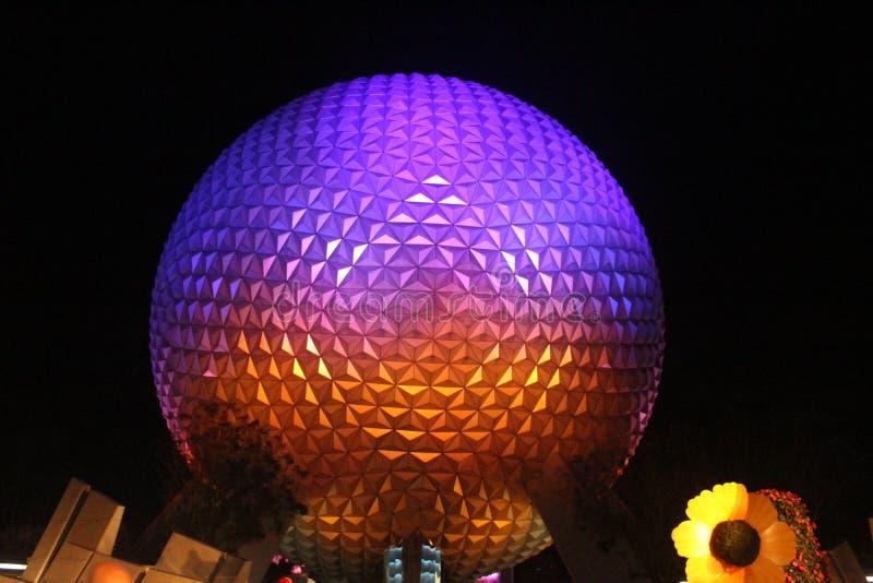 Iluminatedbal gelijkend op een golfbal bij nacht stock afbeeldingen