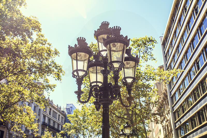 Iluminazione pubblica di Tipycal situata a Barcellona fotografia stock