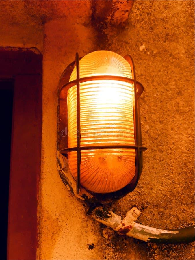 Iluminazione pubblica indiana con la guardia del metallo sulla parete fotografie stock libere da diritti