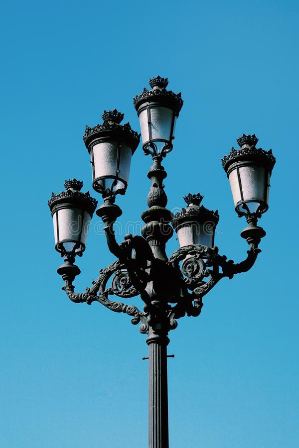 Iluminazione pubblica nella via nella città di Bilbao fotografia stock
