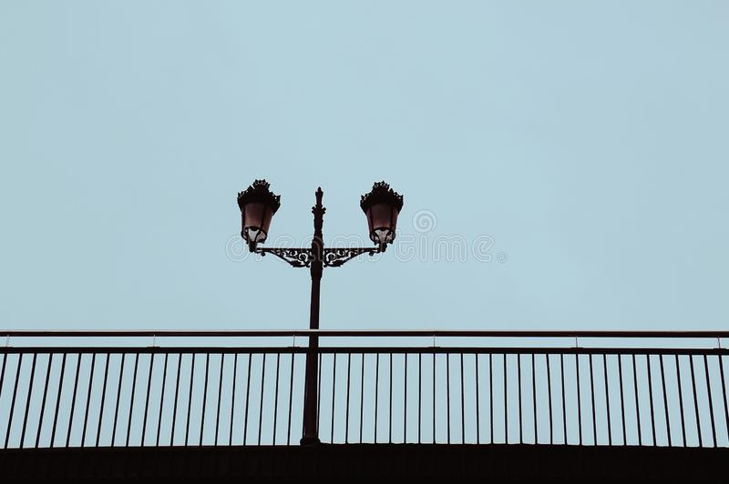 Iluminazione pubblica nella via nella citt? di Bilbao fotografia stock
