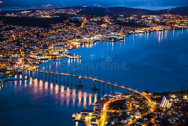 Iluminazione pubblica Norvegia di vista panoramica della città di notte di Tromso fotografie stock