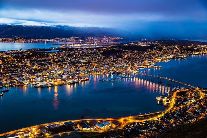 Iluminazione pubblica Norvegia di vista panoramica della città di notte di Tromso immagini stock libere da diritti