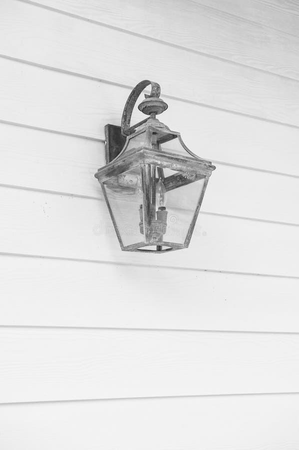 Iluminazione pubblica Retro lampione d'annata sulla parete di legno del turchese La vecchia lanterna di rame con patina sembra an fotografie stock
