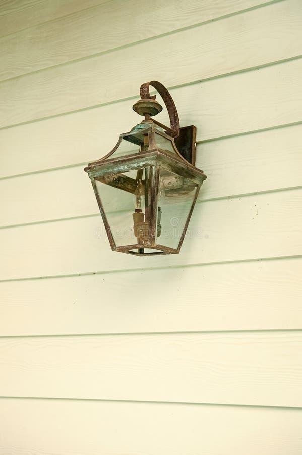 Iluminazione pubblica Retro lampione d'annata sulla parete di legno del turchese La vecchia lanterna di rame con patina sembra an immagini stock libere da diritti