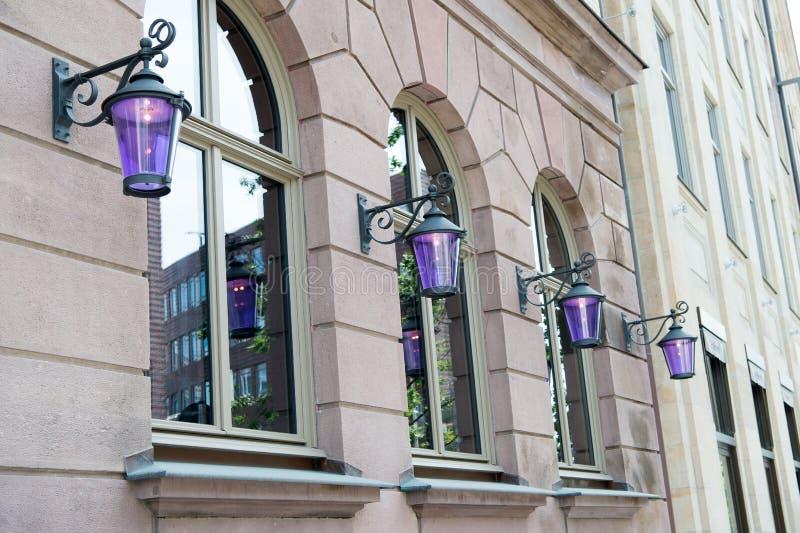 Iluminazione pubblica Retro lampioni d'annata su costruzione con le finestre La lanterna d'annata sembra elegante Retro lampioni immagine stock