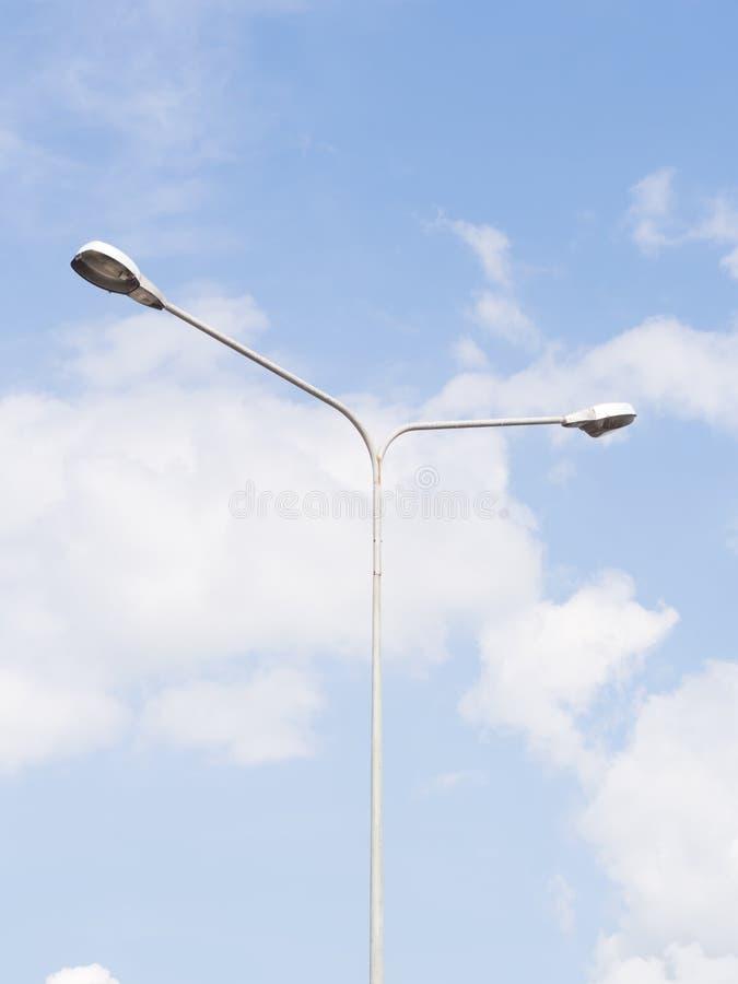 Iluminazione pubblica sopra cielo blu immagini stock
