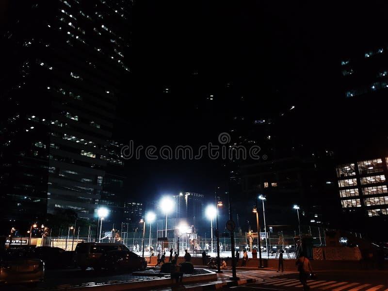Iluminazione pubblica urbana di notte della città fotografia stock libera da diritti