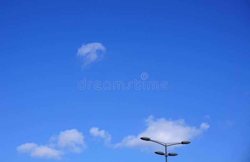 Iluminazioni pubbliche nella luce del giorno contro un bello cielo blu con le nuvole bianche fotografie stock libere da diritti