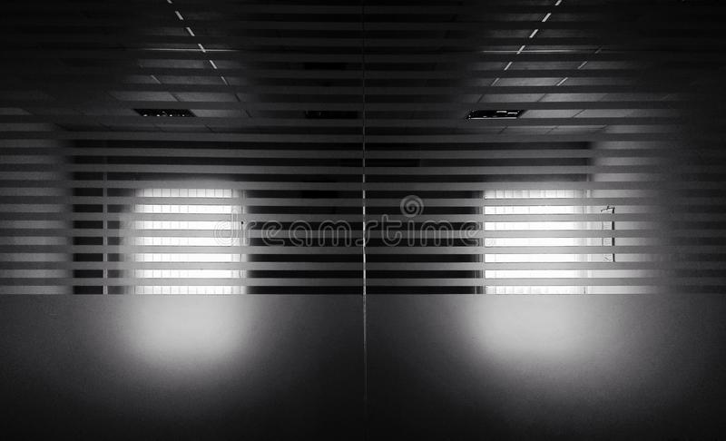 Ilumine acima a escurid?o imagem de stock royalty free