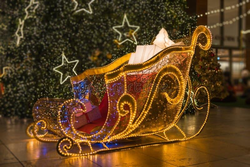 Ilumine acima o trenó de Santa com a árvore de Natal macia do foco foto de stock royalty free