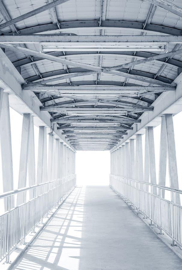 Ilumine da maneira fora da ponte moderna da estrutura do metal fotografia de stock