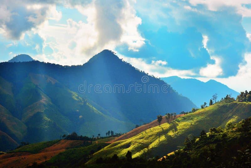 Ilumine do sol espirrou abaixo da montanha fotos de stock royalty free