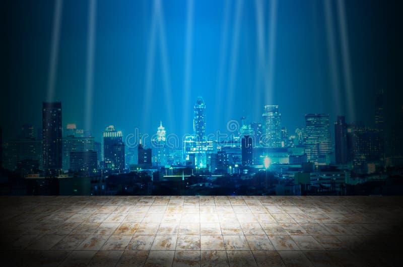 Ilumine na sala escura com fundo moderno da construção da cidade da noite imagem de stock