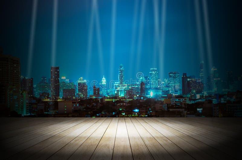 Ilumine na sala escura com fundo moderno da construção da cidade da noite fotografia de stock royalty free