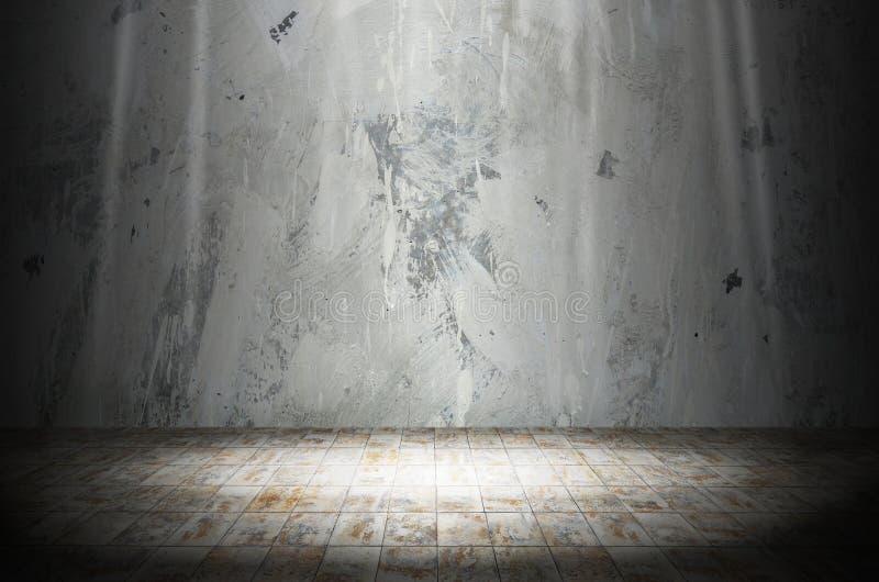 Ilumine na sala escura com o assoalho de pedra de mármore imagem de stock